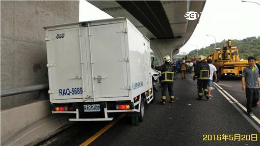 五楊高架發生三輛貨車追撞事故(翻攝畫面)