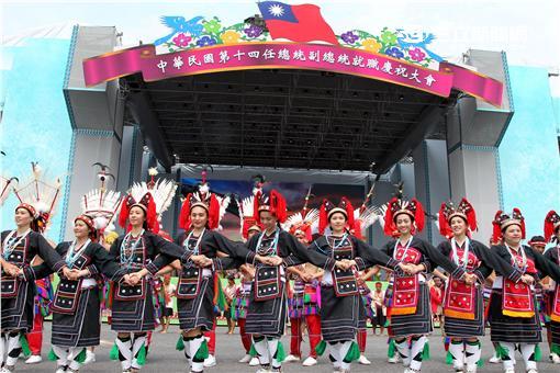 第十四任總統副總統就職府外民間團體表演「台灣之光」,從葡萄牙人登入、原住民族、清兵入關、宗教信仰、可愛客家話、日治時期、國民政府來台、228事件、文化融合、農業發展、民歌時期、棒球時期、新住民、美麗的寶島,發生在台灣重大場景。。(記者邱榮吉/攝影)