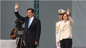 PD 馬英九蔡英文向民眾揮手致意 中華民國第14任總統副總統宣誓就職典禮在20日舉行, 卸任總統馬英九(前左)、總統蔡英文(前右)進場, 與民眾揮手致意。 中央社記者張皓安攝  105年5月20日