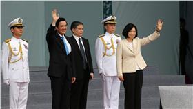 PD 馬英九蔡英文與民眾揮手致意 中華民國第14任總統副總統宣誓就職典禮20日舉行,卸 任總統馬英九(前左)、總統蔡英文(前右)進場,與 民眾揮手致意。 中央社記者吳家昇攝 105年5月20日