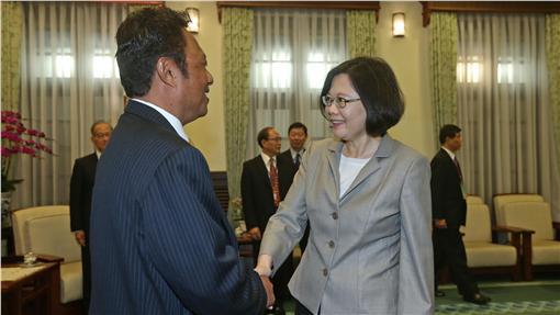 PD總統接見帛琉總統(1)總統蔡英文(前右)21日在總統府接見帛琉共和國總統雷蒙傑索(Tommy E. Remengesau, Jr.)(前左),兩人並握手致意。中央社記者吳家昇攝 105年5月21日