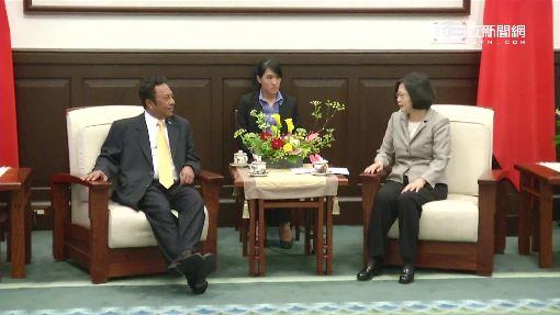 521開工!蔡英文見帛琉總統 握拳搓手顯緊張