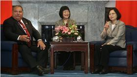 PD 總統接見諾魯總統(3) 總統蔡英文(右)21日在總統府,接見諾魯共和國總統 瓦卡(Baron Waqa)(左)伉儷,蔡總統數著隨行成員 人數。 中央社記者吳家昇攝 105年5月21日