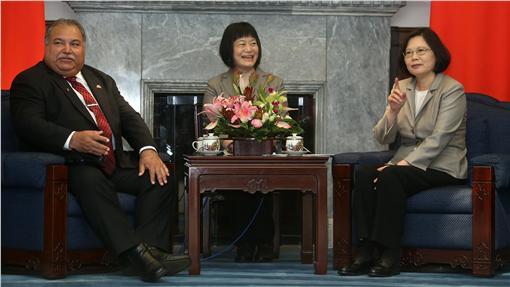 PD總統接見諾魯總統(3)總統蔡英文(右)21日在總統府,接見諾魯共和國總統瓦卡(Baron Waqa)(左)伉儷,蔡總統數著隨行成員人數。中央社記者吳家昇攝 105年5月21日