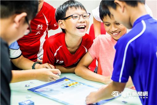 ▲交通大學「程式老爹」自製「海霸」 帶孩子邊玩邊學(圖/程式老爹)
