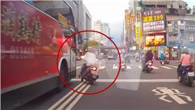 三寶,女騎士,爆頭,公車,駕駛,機車 圖/翻攝自YouTube