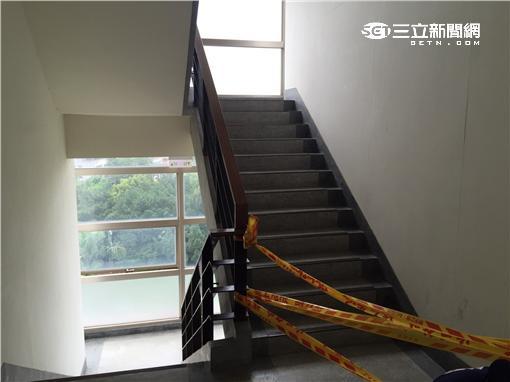 警方封鎖高女陳屍現場進行鑑識工作(翻攝畫面)