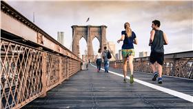 跑步 https://www.pexels.com/photo/bridge-runners-morning-cloudy-29578/