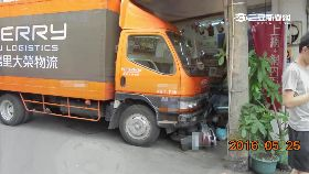 貨車撞通訊1800