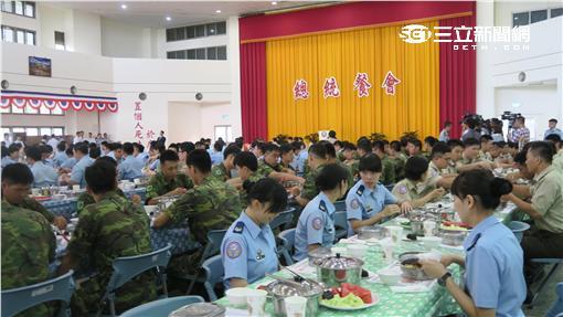 蔡英文總統與花蓮佳山基地官兵用餐。記者盧素梅攝