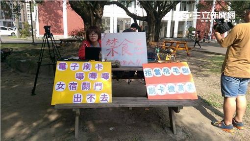 輔大學生會長要求校方解除女宿門禁,在女生宿舍前絕食抗議/記者王浩瀚攝影