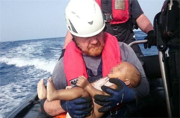 難民,地中海,翻覆,嬰兒,救難人員,人道救援組織(圖/路透社/達志影像)