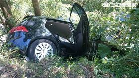 轎車失控衝下邊坡側翻卡樹上(翻攝畫面)