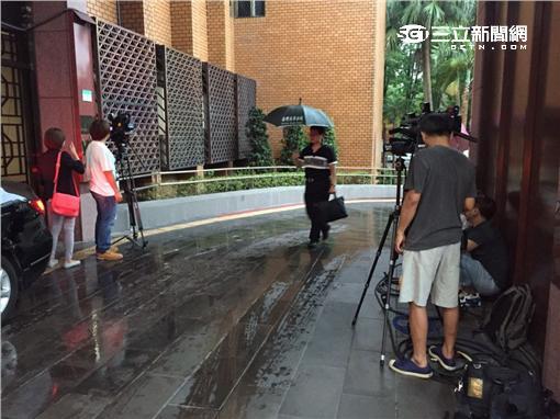 李婉鈺要告壹週刊,媒體守候北檢。(圖/記者潘千詩攝影)