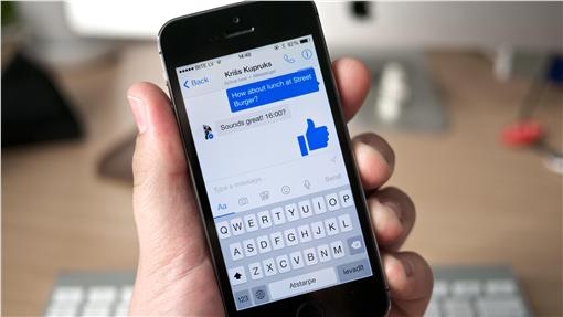 臉書/Messenger App/手機https://www.flickr.com/photos/janitors/14059743902/in/photolist-nqpS2C-noAG19-noAL4E-nspWTv-k6TeEL-nqG7cT-qWmTXw-FmfJ4W-eTksWi-bkihEU-8Jrun6-bkihRy-bpGkX5-kuBtVz-7S3jVH-bqvT3h-8Jrur4-9kf71S-bkihZL-i5kLdg-ejQZxy-axX3ed-8ch9Ke-8S5qBs-bkihZC-8JuyrS-dCbkZr-dCbm2H-dCgL1Q-audxHF-nqpQvS-aUsocP-8Juytb-dN7LGH-g9uKZc-ddjShV-boThos-gNePrK-pSTKTi-ds719G-r3MhB1-qMnV11-cRN6vL-pwmycF-4dCDUK-qxdPvt-z5kLDM-cH6Cfu-pSTKRp-qx7xFf