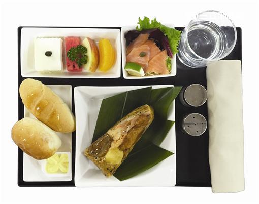 復興航空商務艙,將在端午節前後推出桃園大溪威斯汀限量製作的「鮑魚藜麥香檳茸海鮮粽」。(圖/復興航空提供)