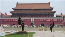 PM 六四27週年  天安門城樓前遊客如織 「六四天安門事件」4日滿27週年,北京天安門廣場清 晨舉行升旗儀式後,城樓前擠滿觀光客。 (民眾提供) 中央社記者尹俊傑北京傳真  105年6月4日
