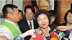 高雄市長陳菊(中右)與台南市長賴清德(中左),4日在台北出凱達格蘭基金會募款餐會與前總統陳水扁見面,兩人在見面後步出貴賓室。(圖/中央社)