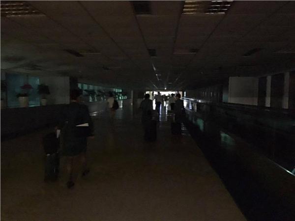 ▲暴雨襲桃機 空姐:第二航廈上演「陰~溼~路」(圖/徐欣瑩臉書)