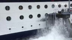 W郵輪撞港口1200
