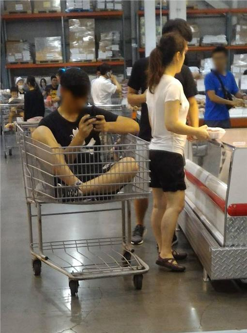 男子坐在賣場手推車 (圖/翻攝自爆料公社)