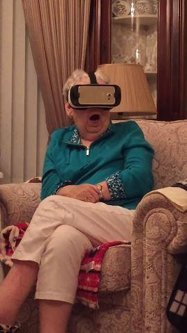 老奶奶看VR (圖/翻攝自YouTube)