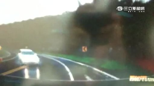 雨天失控打滑 對向跨線衝撞兩車毀