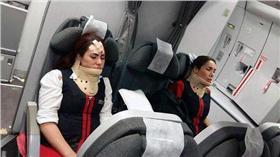 空姐,亂流 圖/翻攝自每日郵報 http://www.dailymail.co.uk/travel/travel_news/article-3627356/It-miracle-survived-Passengers-tell-horror-board-plane-hit-severe-turbulence-left-cabin-crew-neck-braces-head-wounds-23-hospitalised-ceiling-panels-broken.html