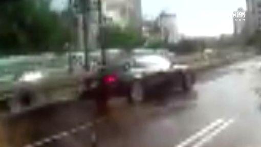 名車飆速沖水窪 「水漂」慘撞護欄