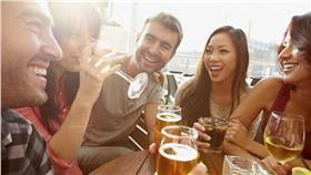 認識、交流、朋友、喝酒(圖/shutterstock)