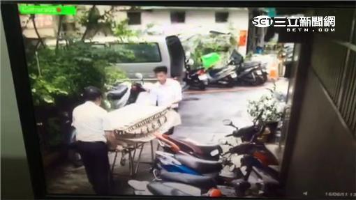 陳兒持球棒毆死父親遭移送法辦(翻攝畫面)