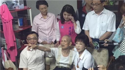 洪素珠事件連日發酵,國民黨主席洪秀柱近日還特意南下探訪遭洪辱罵的老榮民。(圖/洪秀柱臉書)