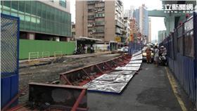 捷運工地圍籬倒塌壓傷三人(翻攝畫面)