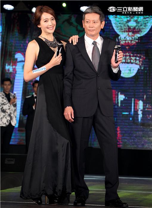 統一獅總教練郭泰源攜手名模王心恬走秀。(記者邱榮吉/攝影)