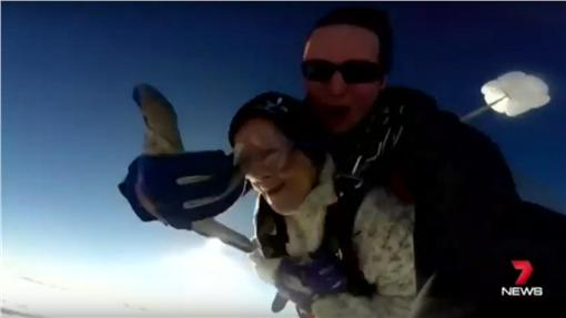 跳傘,老婦/youtube:mediafeed