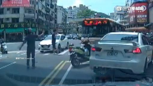 驚險!機車撞轎車 騎士車頂翻多圈摔地