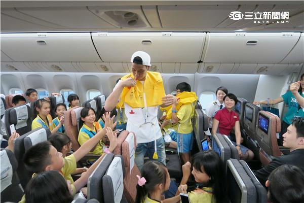 華航公益圓夢日邀請林書豪登上華航波音聯名彩繪機。(圖/記者簡佑庭攝影)