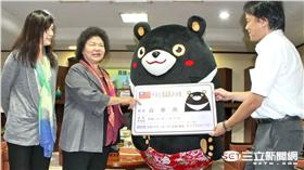 ▲這隻熊來拜訪 陳菊頒市民證給牠(圖/高市府)
