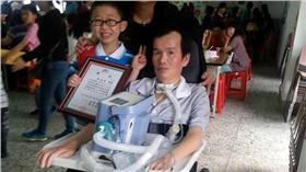 許旭東(3年級時)與父親/漸凍人協會 http://mndaals621.pixnet.net/album/photo/167691093