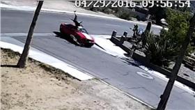愛滋,車禍(圖/翻攝自FOX 10 Phoenix) https://www.facebook.com/FOX10Phoenix/videos/1051316501583563/
