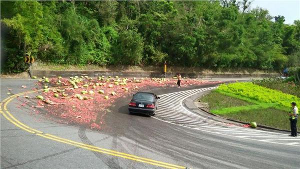 北宜公路 彎道 西瓜 翻攝自小老婆汽機車資訊網臉書