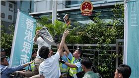 香港眾志抗議、銅鑼灣書店林榮基(圖/翻攝自香港眾志臉書)