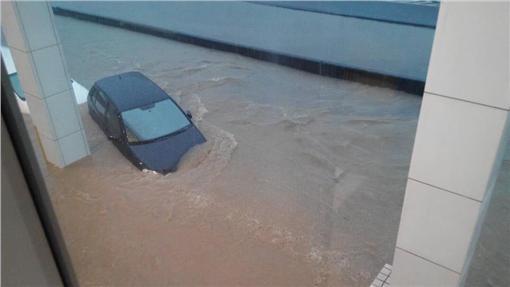 ▲汐止淹水,Toyota保養廠車都快滅頂了(圖/民眾提供)