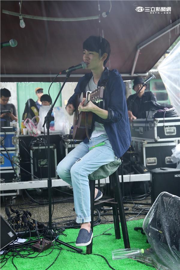 柯智棠擔任丹寧生活派對表演嘉賓不畏風雨演出與歌迷同樂,張雁名與師姊妹出席共襄盛舉