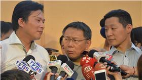 時代力量台北市本部開幕成立大會19日舉行,台北市長 柯文哲(前中)出席,一起烤牛肉,立委黃國昌(前左 )表示時代力量將進軍台北市議員選舉。 中央社記者孫仲達攝 105年6月19日