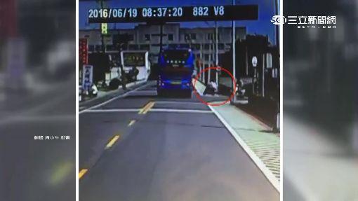 險! 騎士高速右轉 遊覽車急閃險撞
