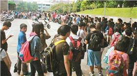 台中市立圖書館外的排隊人潮圖/台中文化局提供