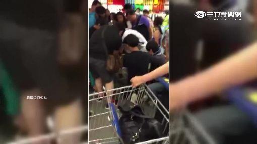 購物車椅坐反了 2歲童腿卡3.5cm窄縫