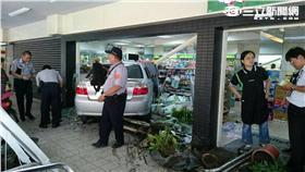 台中轎車衝進超商