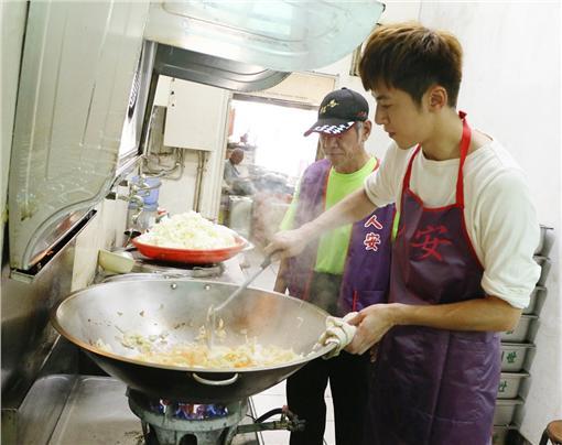 李國毅下廚給街友吃/人安基金會提供